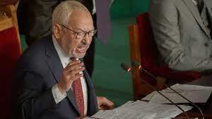 تونس: رئيس مجلس النواب راشد الغنوشي يعتصم أمام البرلمان بعد إغلاقه من قبل  الجيش