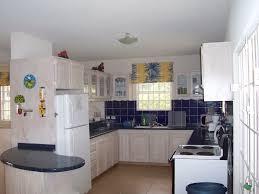am besten einfache Küche mit weißen Kühlschrank und schwarz