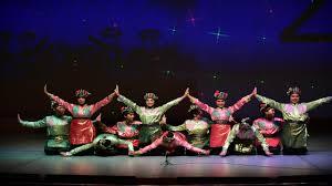 Ada pola lantai melingkar, pola lantai vertikal, pola lantai horizontal, dan contoh tari yang menggunakan pola lantai horizontal, antara lain : Lengkap Tari Saman Aceh Sejarah Makna Pola Lantai Kostum Video