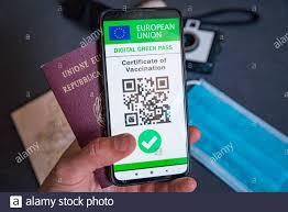 EU covid digital Green Certificate Pass auf dem Bildschirm eines  Mobiltelefons mit qr-Code und Gesichtsmaske. Der impfpass der europäischen  Union kovid19 Stockfotografie - Alamy