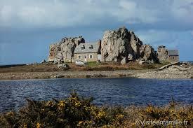 le nom de cette maison blottie entre les rochers elle tourne le dos à la mer cette mer qui peut parfois être déchainée à cause des vents