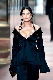 Demi Moore präsentiert Mode von Fendi ...