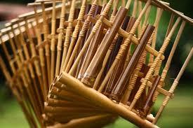 Dalam sebuah pementasan di daerah bandung, ada jenis alat musik angklung yang biasa digunakan untuk mengisi acara hiburannya yaitu angklung buncis. Angklung Sejarah Jenis Dan Cara Bermain Halaman All Kompas Com