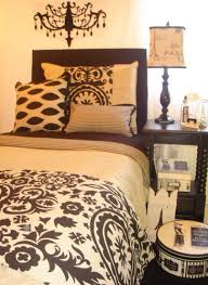 how to choose bedding for the guest bedroom must be carefully thought about so as not to clash colors if the walls in the bedroom are painted a pale color