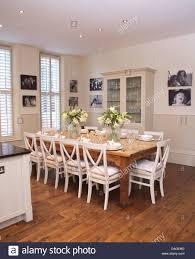 Weiße Stühle Bei Einfachen Holztisch In Moderne Weiße Küche