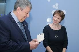 Дипломная работа Ельцина зачетка Чернецкого в УрФУ открылась  Во время церемонии открытия реконструированного музея почетное место на одном из стендов заняла зачетная книжка сенатора в прошлом мэра Екатеринбурга