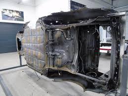 remone est le page des conduites de frein de carburant d embrayage en dessous de la voiture la voiture est toujours fixée sur le tournebroche