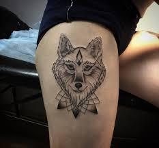 фото тату волка в стиле геометрия на бедре девушки фото рисунки
