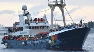 Risultati immagini per foto di nave con migranti