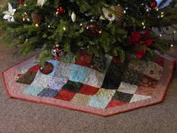 Free quilted Christmas tree skirt pattern – Finished! & DSCN8004 Adamdwight.com