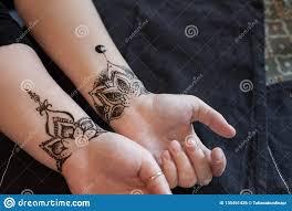 женская рука 2 с арабским или индийским Mehendi и гигантской
