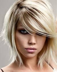 Vlasy A účesy Dámské účesy Blond Polodlouhý účes