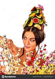 女性の頭の上に新鮮な果物から髪マスクと春の花 ストック写真