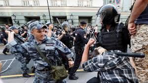 Картинки по запросу избиения полицейскими демонстрантов