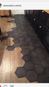 Jeden tag werden tausende neue, hochwertige bilder hinzugefügt. Schwarze Sechseckfliese Und Gemischter Moderner Holzfussboden Boden Gemischter Holzfu Moderner Schwarze Sechseck Schwarze Fliesen Holzfussboden Holzboden