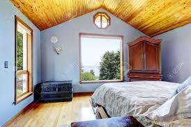 Blaues Schlafzimmer Mit Holzdecke Und Bett Große Fenster Innen