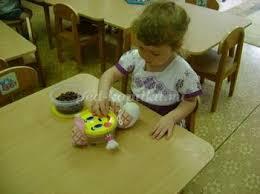 Развитие мелкой моторики посредством дидактических игр Игры для  Во вторую баночку насыпаем фасоль Ход игры Воспитатель сообщает детям что фасоль это витаминки для колобка Дети с удовольствием угощают колобка