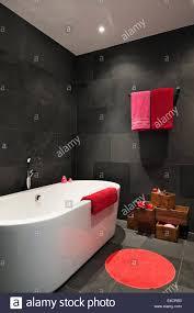 Leuchtend Rote Und Rosa Handtücher Im Badezimmer Mit Schiefer