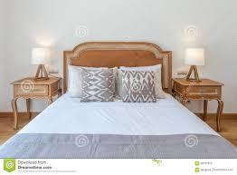 Verheiratetes Hölzernes Bett Im Schlafzimmer Mit Moderner Dekoration