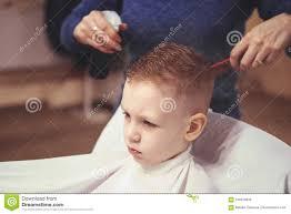 Weinig Jongen Bij De Kapper Het Kind Is Doen Schrikken Van Kapsels