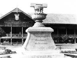 """อนุสาวรีย์รัฐธรรมนูญ"""" ในอีสาน """"อนุสรณ์รำลึกประชาธิปไตย"""" แห่งแรกของไทย"""
