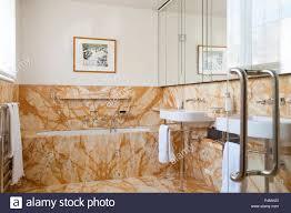 Badezimmer Mit Braunen Kacheln Stockfoto Bild 209435467 Alamy