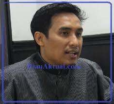 Jika Siang Ini SK Tenaga Ahli tak Selesai, Fadri Ancam tak Laporkan Pansus SOTK Ket Foto : Muhammad Fadri AR. FOTO: doc ra - 313546747-fadri_baju_hitam_wawancara