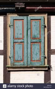 Ein Alter Fensterladen Aus Holz Dessen Farbe Abblättert An Old