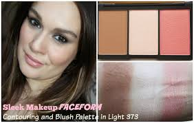 this light palette conns a matte um brown countour colour a pearly pale chagne highlighter and a peachy c pink blush