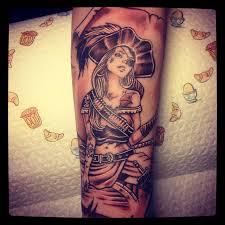 татуировки пиратка в стиле олдскул черно серая предплечье каталог