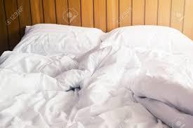 Weißes Kissen Und Decke Mit Falten Unordentlich Auf Dem Bett Im