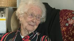 Retired teacher, 98, receives honorary degree - BBC News