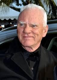 Il padre di Malcolm McDowell possedeva un pub e per permettergli di avere un vita più agiata lo mandò in un college ... - 425px-Malcolm_McDowell_Cannes_2011