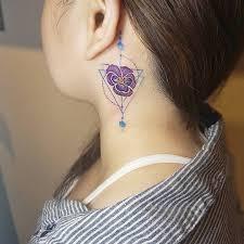 фото маленькой татуировки фиалки на шее девушки фото рисунки эскизы