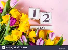 Wooden Blocks with USA Mothers Day Date, 12 May, for the year 2019, Tulips  and Narcissus Flowers nearby Stock Photo - Alamy