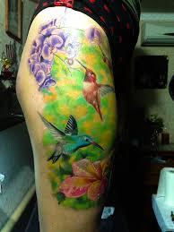 тату колибри в цветах