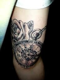 тату на бицепсе девушки карманные часы и роза фото рисунки эскизы
