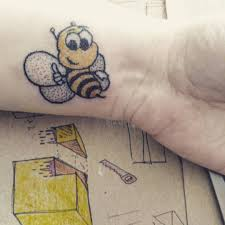 фото цветного тату пчелы в стиле хендпоук на запястье парня фото