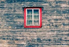 Holzfassade Aus Einer Berghütte Mit Einem Alten Fenster Und Vorhänge