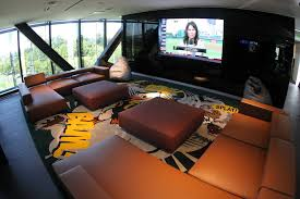 the lounge for oregon s players features two banks of four 55 inch tv screens
