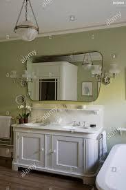 Waschbecken In Grün Und Weiß Gehaltenes Badezimmer Stockfoto Bild