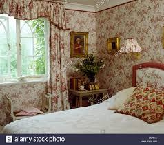 Koordinierung Der Geblümten Tapeten Und Gardinen Im Schlafzimmer Mit