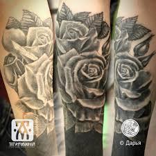 тату черно белые розы на руке блекворк метла тату