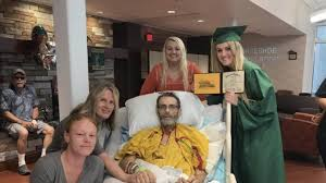 Выпускница организовала вручение диплома в палате смертельно  Выпускница организовала вручение диплома в палате смертельно больного отца