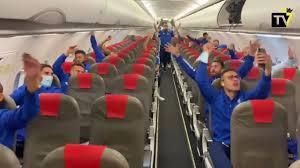A arte no les gana nadie: la fiesta en el avión del Cádiz tras su histórica  victoria ante el Madrid - AS.com