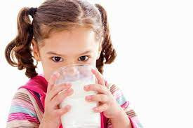 Khi nào nên cho trẻ uống sữa tươi?
