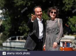 Die Schauspieler Roberto Benigni und seine Frau Nicoletta Braschi treffen  am ersten Tag der 78. Internationalen Filmfestspiele von Venedig, am 1.  September 2021, in Venedig, Italien, ein. REUTERS/Yara Nardi  Stockfotografie - Alamy