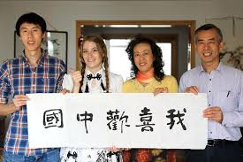 joven extranjera aprende cultura tradicional con su familia china en i