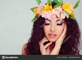 Krásná Mladá žena úsměvem Model Květinami Hlavě Květinová čelenka