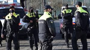 Politie grijpt in bij coronaprotesten in Eindhoven en Amsterdam